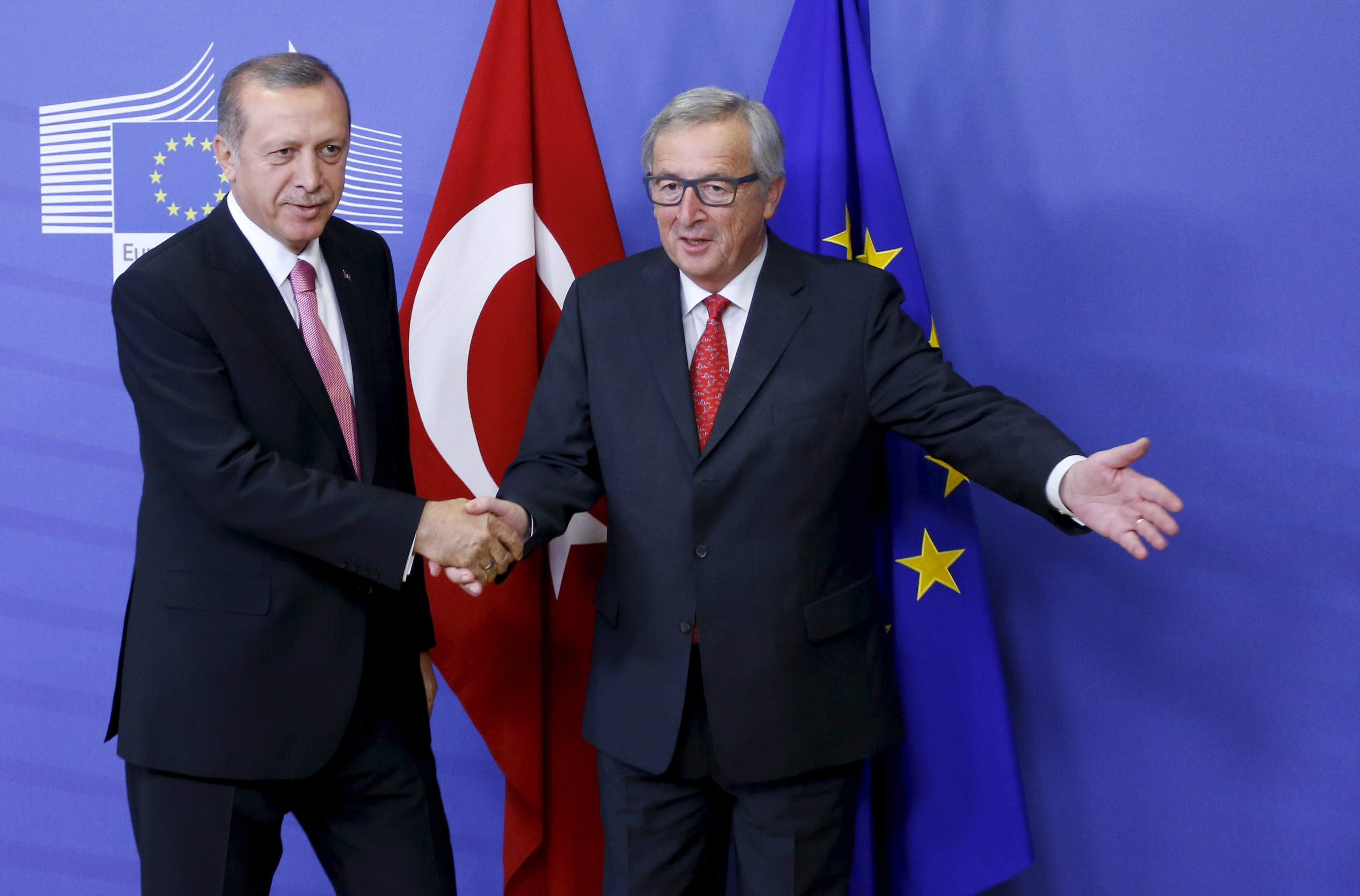 European Commission President Jean-Claude Juncker welcomes Turkey's President Tayyip Erdogan (L) at the EU Commission headquarters in Brussels, Belgium October 5, 2015. Erdogan mocked European Union overtures for help with its migration crisis during a long-awaited visit to Brussels on Monday that in the end was partly overshadowed by Russia's violation of Turkish airspace near Syria. REUTERS/Francois Lenoir