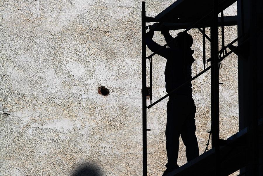 ΤΡΙΚΑΛΑ - ΕΡΓΑΤΗΣ ΣΕ ΣΚΑΛΩΣΙΑ(EUROKINISSI/ΘΑΝΑΣΗΣ ΚΑΛΛΙΑΡΑΣ)