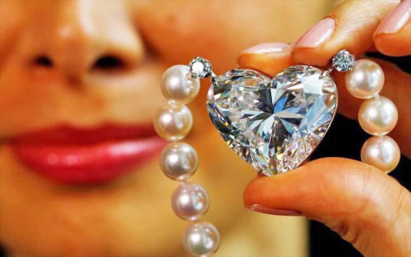 se-dimoprasia-diamanti-92-karation-se-sxima-kardias
