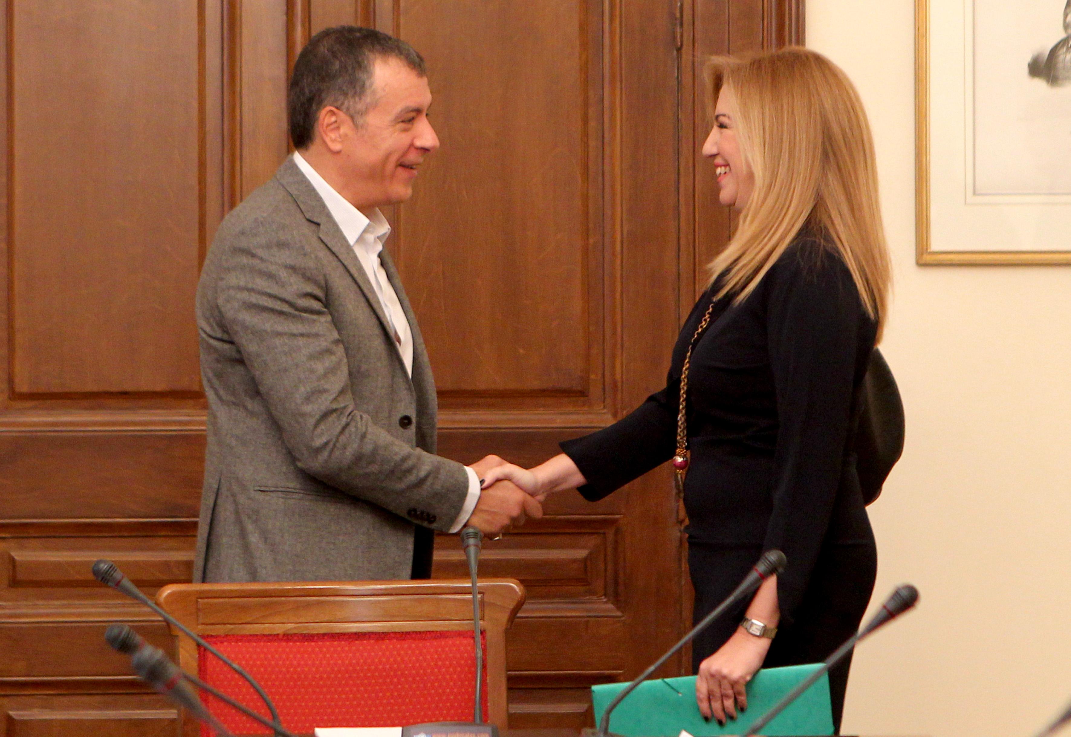 Ο  πρόεδρος  του ΠΑΣΟΚ Φώφη Γεννηματά (Δ) ανταλλάσει χειραψία με τον επικεφαλής του Ποταμιού Σταύρος Θεοδωράκης (Α) πριν ξεκινήσει η Σύσκεψη των Πολιτικών Αρχηγών υπό τον Πρόεδρο της Δημοκρατίας,  το Σάββατο 28 Νοεμβρίου 2015, στο Προεδρικό Μέγαρο. Ο πρωθυπουργός   ζήτησε από τον Πρόεδρο της Δημοκρατίας να συγκληθεί Σύσκεψη Πολιτικών Αρχηγών προκειμένου να υπάρξει ενημέρωση σε σχέση με το προσφυγικό, ενόψει της Συνόδου ΕΕ-Τουρκίας, καθώς και να προσδιοριστεί από κοινού διαδικασία εθνικού διαλόγου σχετικά με το ασφαλιστικό και τη συνταγματική αναθεώρηση.  ΑΠΕ-ΜΠΕ/ΑΠΕ-ΜΠΕ/Παντελής Σαΐτας