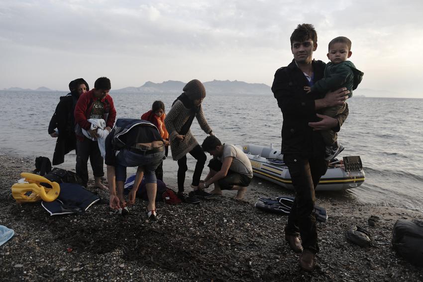 Φωτογραφία που δόθηκε σήμερα στη δημοσιότητα και εικονίζει τον Αφγανό πρόσφυγα Zarabkht Safi (R), 20 χρονών, να κρατά στην αγκαλιά του ένα παιδί, μετά την αποβίβασή τους στην ακτή του νησιού της Κω, Κως Παρασκευή 8 Μαΐου 2015. Σύμφωνα με την ελληνική ακτοφυλακή, ο αριθμός των μεταναστών χωρίς έγγραφα που εισέρχονται στην Ελλάδα δια θαλάσσης, έφτασε 10.445 άτομα κατά το πρώτο τρίμηνο του 2015, σε σύγκριση με 2.863 άτομα για την ίδια περίοδο του προηγούμενου έτους. Τον Μάρτιο, μόνο στις ακτές των νησιών του ανατολικού Αιγαίου, κατάφεραν να φτάσουν 6498 μετανάστες , με τη Λέσβο, τη Χίο, τη Λέρο και τη Σάμο να αποτελούν το κύριο προορισμό τους, Τετάρτη 13 Μαΐου 2015. ΑΠΕ-ΜΠΕ/ΑΠΕ-ΜΠΕ/ΓΙΑΝΝΗΣ ΚΟΛΕΣΙΔΗΣ